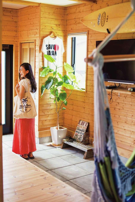 玄関からリビングに続く土間には、鉢植えやテレビなどをディスプレイ