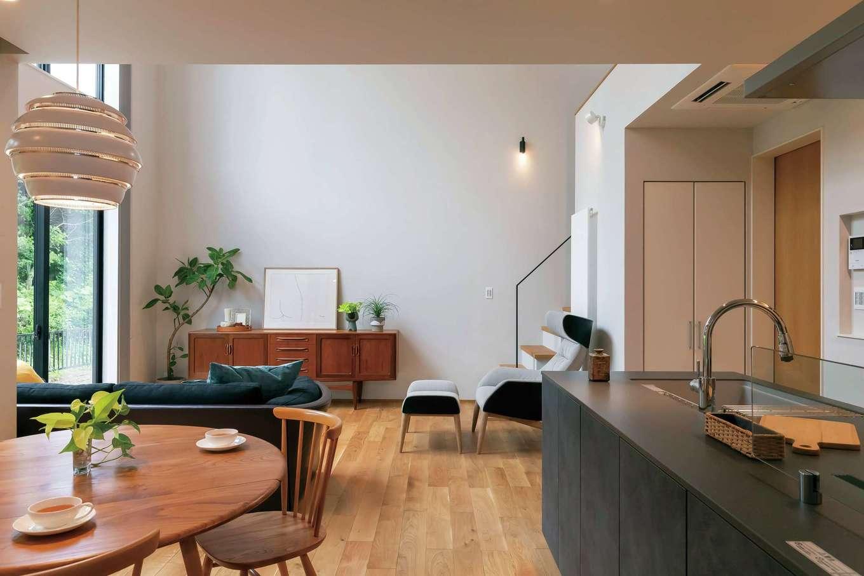 ココハウス【浜松市中区富塚町5212-7・モデルハウス】同社のスタッフが厳選した家具やインテリアを中心に、上質で大人かっこいい空間をデザイン。加えてUA 値0.46、C値0.5という高気密・高断熱の性能を確保し、年中過ごしやすい空間を実現