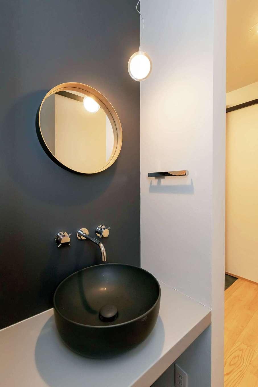 ココハウス【浜松市中区富塚町5212-7・モデルハウス】モノトーンで統一した洗面スペース。洗面ボウルや鏡、照明、水栓金具などディテールにこだわった。デザインもサイズも均整のとれた美しい空間づくりは同社の真骨頂