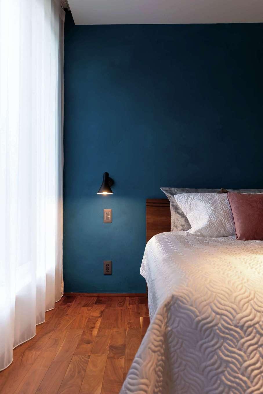 ココハウス【浜松市中区富塚町5212-7・モデルハウス】2階の寝室。ブルーの塗り壁のアクセントウォールは独特の深みを感じさせる色合い。無垢の床としっくり調和している