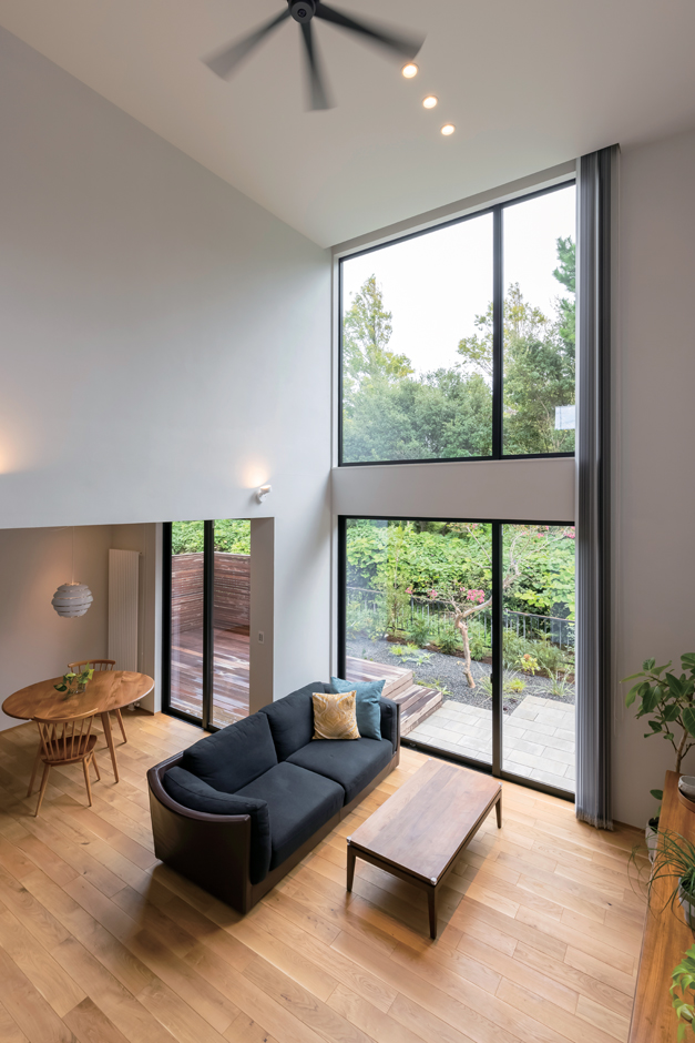 ココハウス【浜松市中区富塚町5212-7・モデルハウス】吹抜けが上下階を繋ぐ開放的なリビング。室内には温水パネルヒーターを備えてあり、家中まんべんなく暖かい空間を実現。冬でもTシャツ1枚で過ごせる心地よさ