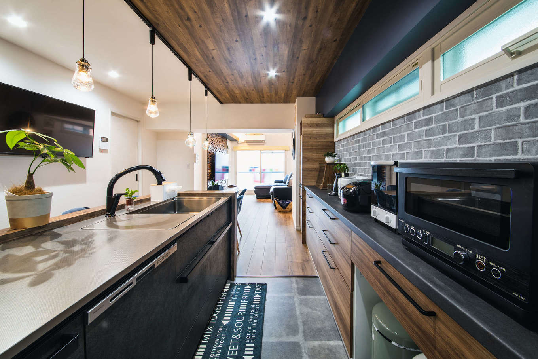 ハート住いる【岡崎市六名新町・オープンハウス】家族に目が行き届く場所にキッチンをレイアウト。キッチンは、ショールームで一目惚れしたクリナップの「セントロ」で、デザインと使い勝手を兼ね備えている