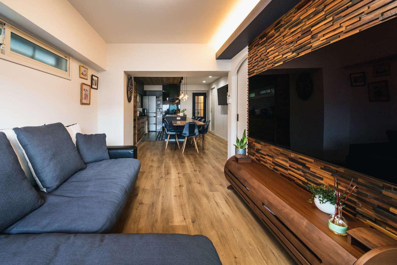ハート住いる【岡崎市六名新町・オープンハウス】ワンフロアにつながりを持たせながらも、緩やかにゾーニングされたリビング。ウッドパネルが空間のアクセントに
