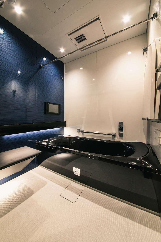 ハート住いる【岡崎市六名新町・オープンハウス】掃除の負担を軽くするために、浴槽と洗い場の床を自動洗浄してくれる機能を搭載したTOTOの最新式バスルーム。子どもや高齢者にやさしいベンチシートも設置。調光できる照明、12インチの浴室テレビも採用し、極上のバスタイムを満喫