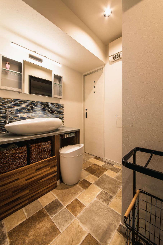 ハート住いる【岡崎市六名新町・オープンハウス】女子率が高いので、洗面脱衣室はゆったりとしたスペースを確保。ガラスタイルとおしゃれな陶器ボウルを組み合わせ、間接照明も工夫して、ホテルライクな仕上がりに