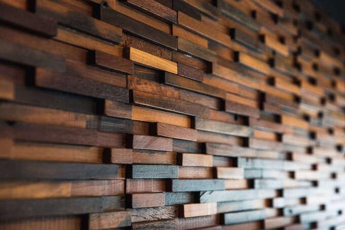 リビングに重厚感を添える木材のアクセントパネル