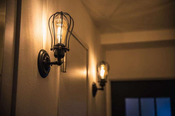 自動点灯する照明器具が家族を明るく迎えてくれる