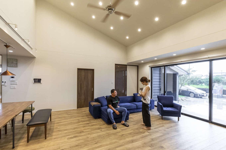 ito-pro イトープロ【デザイン住宅、趣味、ペット】約25畳のLDK。駆け上がりの勾配天井を採用したことでより開放的に感じられる。通気断熱WB工法の採用により、化学物質を透過させる力があり、部屋間の温度ムラもなくクリーンな空気を感じる事が出来る