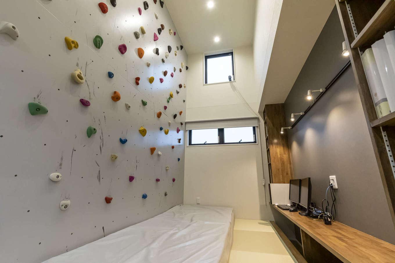 ito-pro イトープロ【デザイン住宅、趣味、ペット】奥さまが好きな時間にトレーニングできるよう、家事コーナーの壁一面にボルダリングを造作。床下は収納スペース