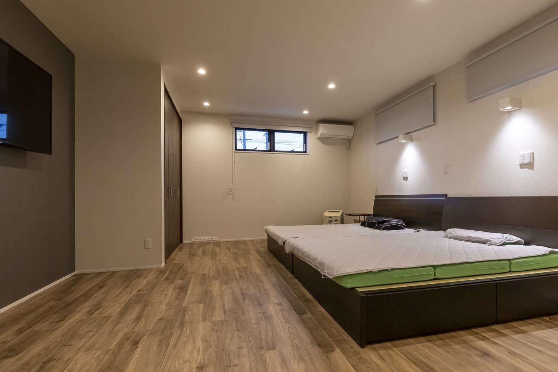 ito-pro イトープロ【デザイン住宅、趣味、ペット】10畳の主寝室。大容量のウォークインクローゼットも完備。窓の位置、大きさを工夫し、リラックス効果を高めた