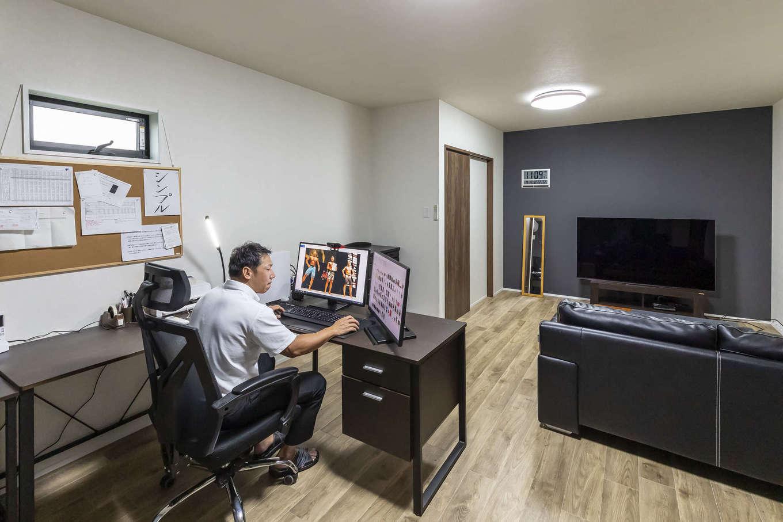 ito-pro イトープロ【デザイン住宅、趣味、ペット】トレーニングルームの上にある書斎。社長業の傍ら、YouTubeの編集もここで行う