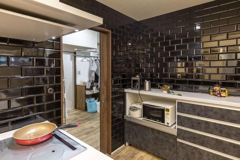 ito-pro イトープロ【デザイン住宅、趣味、ペット】キッチンに黒いサブウェイタイルを貼ったことにより、ナチュラルな空間が引き締まった。ランドリールーム、洗面脱衣室、浴室、主寝室へとつながり、回遊できる動線になっている