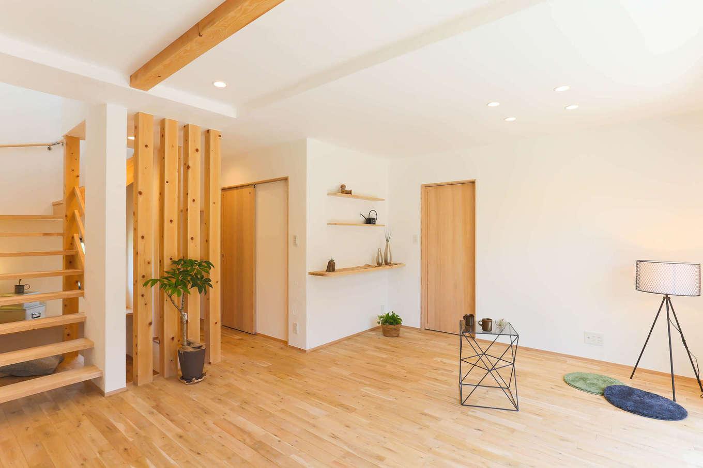 アトリエプラス【子育て、自然素材、間取り】ナラの無垢の床と漆喰塗りの天井・壁で仕上げたLDK。断熱材も羊毛ウールを採用し、体にやさしい丸ごと無添加の空間が実現。木の香りに包まれた室内に心も体も癒される