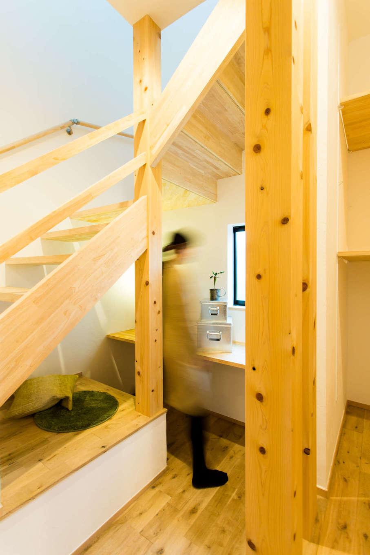 アトリエプラス【子育て、自然素材、間取り】階段下を有効利用して設けた書斎スペースはリモートワークで大活躍。リビングと緩やかにつながり、家族の気配を感じながら作業ができる。子どもの勉強スペースや奥さまの家事スペースなど、目的に合わせてフレキシブルに使えて便利