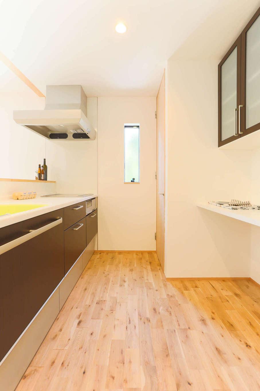 アトリエプラス【子育て、自然素材、間取り】対面キッチンはワークスペースを広々と確保。夫妻が一緒に調理をするときも、ぶつからずに行き来できる
