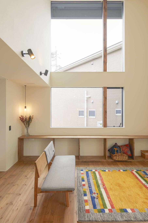 アトリエプラス【デザイン住宅、自然素材、間取り】吹抜けのL D Kには窓を大きく設け、明るさと開放感を確保。窓辺にあるカウンターは、ギャラリー風に小物をディスプレイしたり、腰掛けてゆっくり外を眺めたりできる