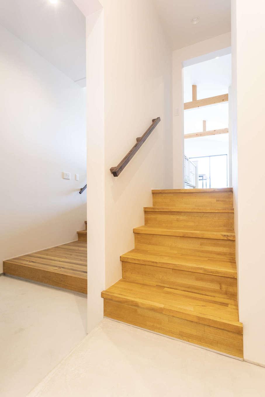 玄関に入ると、キッチンに直接つながる階段があるので、買い物帰りに玄関から荷物を直接運び込める