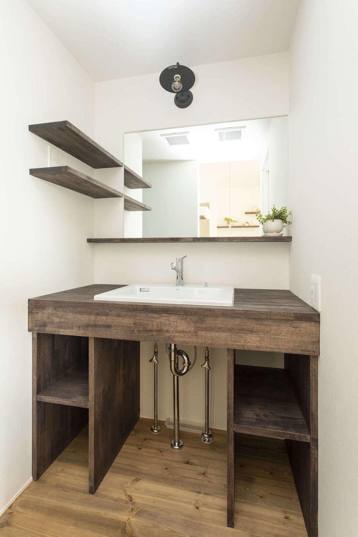 造作の洗面台。棚の位置や高さを施主さんの使い勝手に合わせ、シンプルながらも物を置きやすい造りとなっている