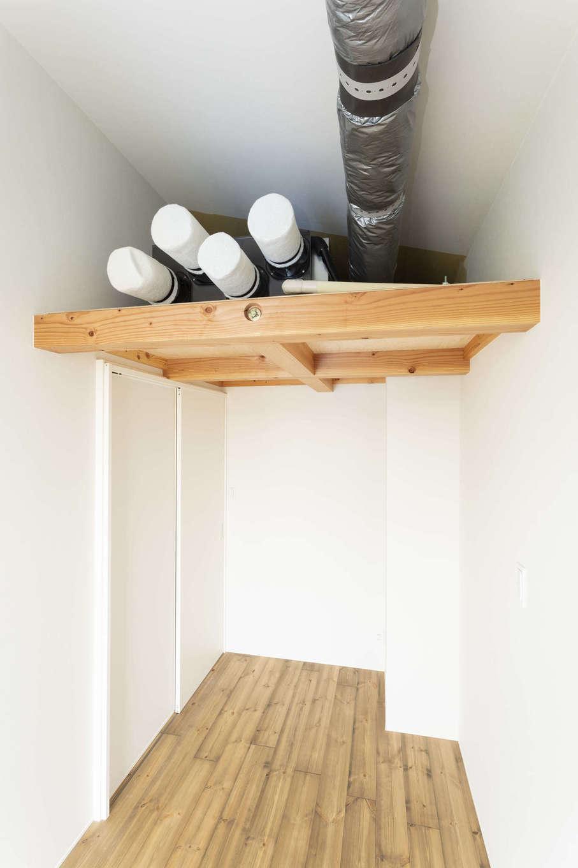 S邸では全館冷暖房を採用し、室内の温度差がなく年中快適な空間を実現。写真は納戸の中にあるシステムの設備機器