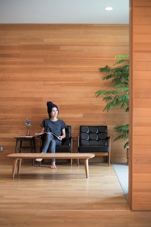 スカイグラウンド【1000万円台、デザイン住宅、平屋】テレビのないシンプルでスロー、ナチュラルな暮らしを送るOさんご家族。現代的なカフェのような空間も良く似合う