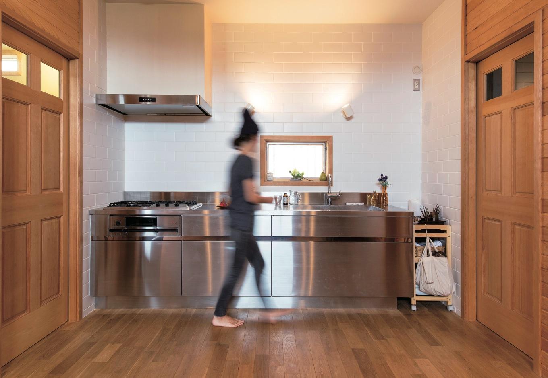 スカイグラウンド【1000万円台、デザイン住宅、平屋】冷蔵庫をキッチン横のパントリーに隠したステンレスキッチン。味噌や梅干し、リキュールなども手づくりする奥さまのこだわりだ