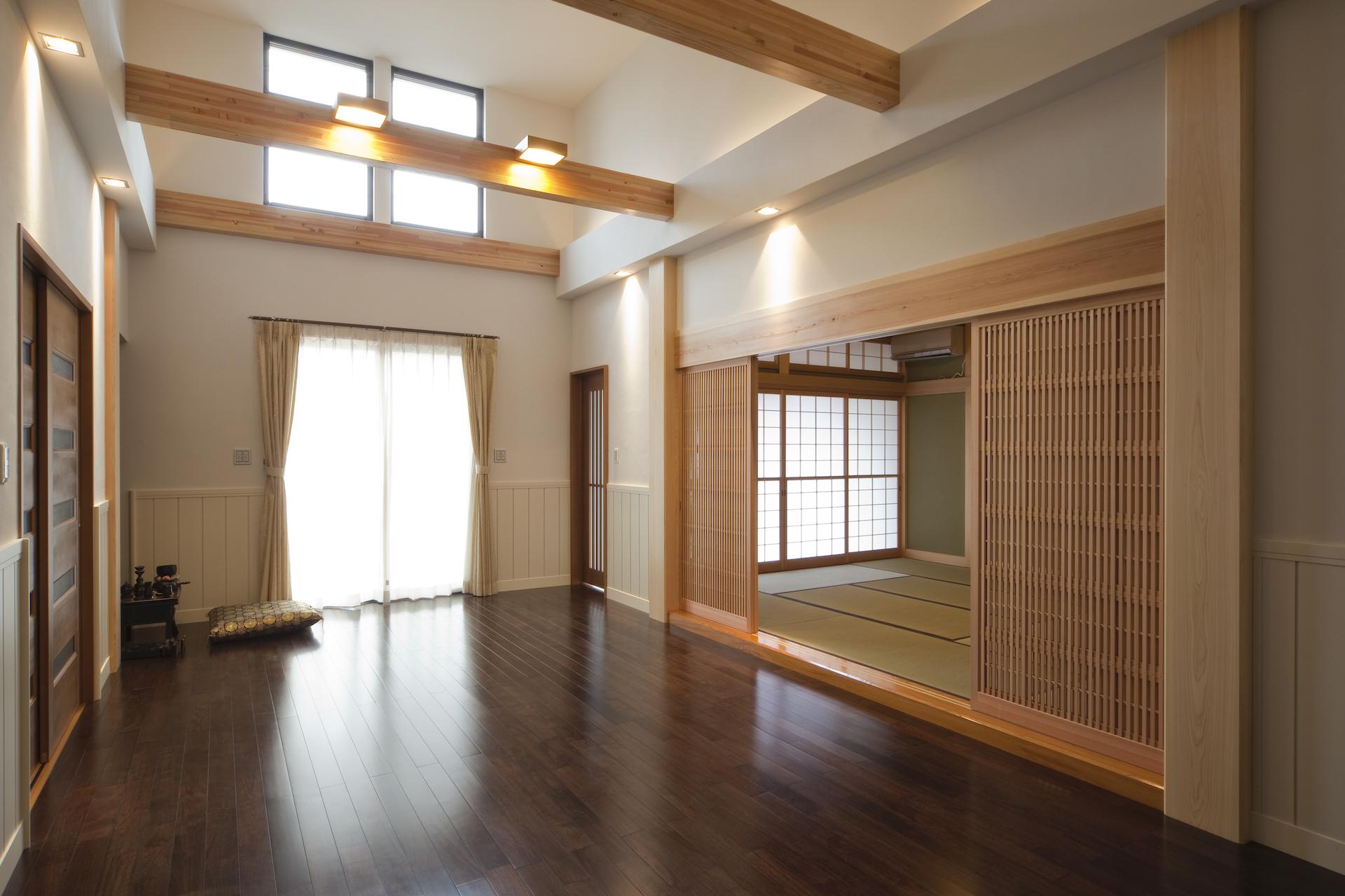 匠集団 槌音(つちおと)【デザイン住宅、和風、二世帯住宅】吹き抜けを持つ開放的なリビング。1年を通して室内に光を運ぶ高所窓は、通風を良くするために電動開閉式に