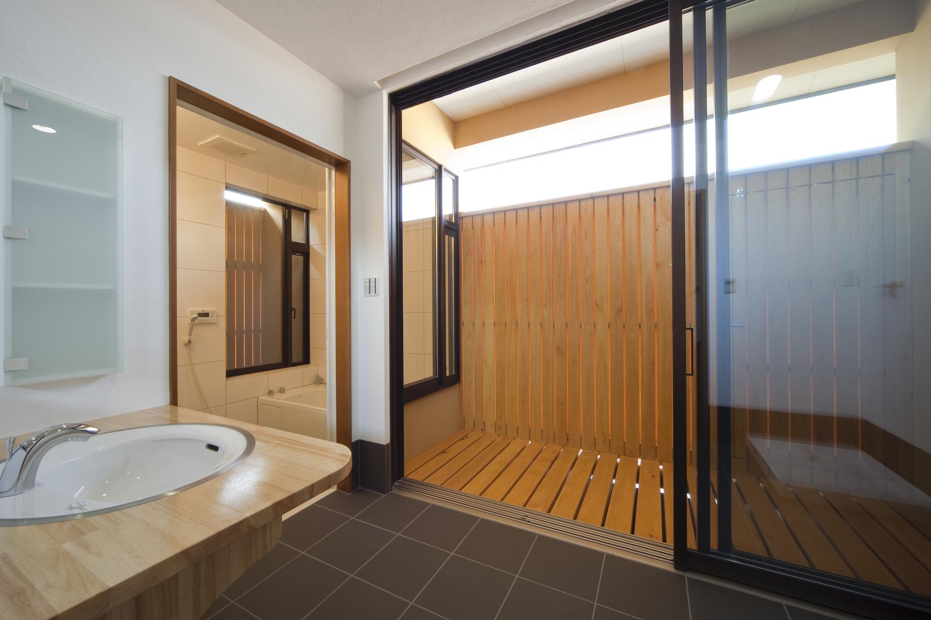 匠集団 槌音(つちおと)【デザイン住宅、和風、二世帯住宅】浴室と洗面室。窓の外には直接外部からは見えない半外空間を設け、開放的な空間とした