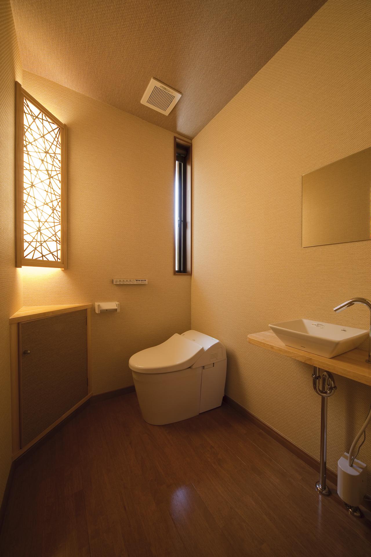 匠集団 槌音(つちおと)【デザイン住宅、和風、二世帯住宅】トイレには竹と和紙からなるパネルを用いた間接照明を設置。柔らかな光で照らされる