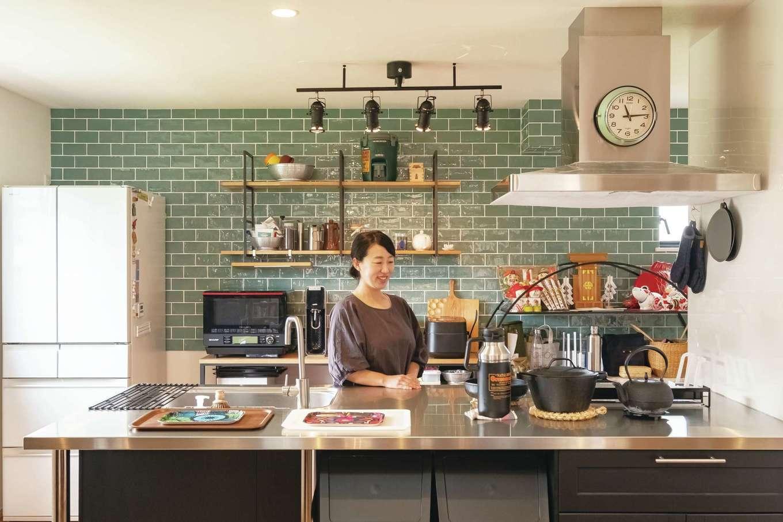 ゆったりとしたサイズが使いやすいオープンキッチン。タイルや木、アイアンは、もともと持っている調理器具との相性も抜群