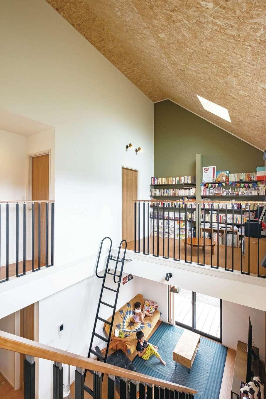 勾配天井の大きな吹き抜け。家の中がひとつの空間としてつながるので、家族の様子もわかり安心