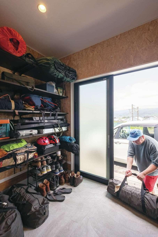 たくさんのアウトドアグッズもすっきりと片付く土間収納。キャンプの荷物も車とドアツードアで積み込み&荷下ろしができる