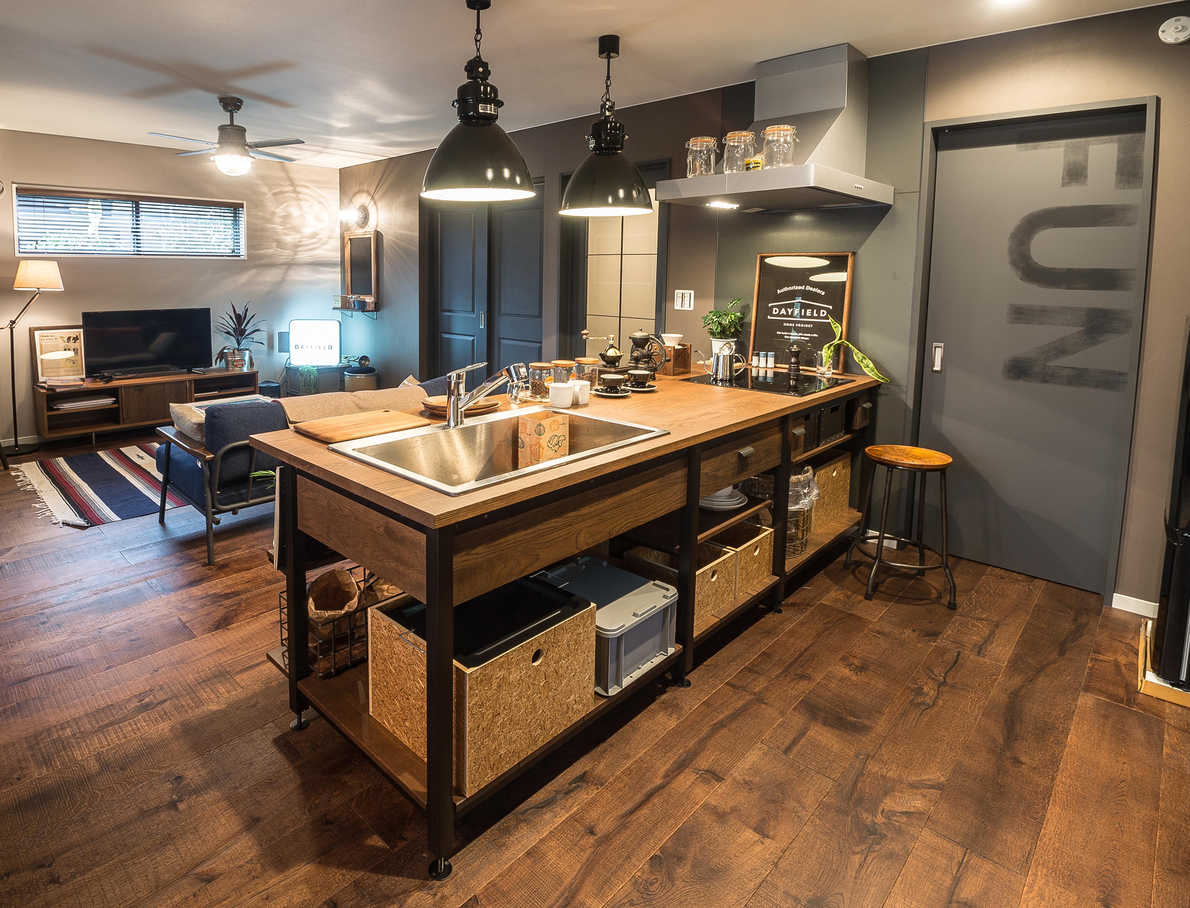 DAYFIELD/大和建設【1000万円台、間取り、インテリア】アイアンとオーク無垢材のお洒落なキッチン。 素材からデザインまでこだわって作り上げたオープンタイプの飾れるキッチンは自分のスタイルを表現できる。