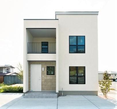 DAYFIELD/大和建設【1000万円台、間取り、インテリア】フレンチスタイルにぴったりの外観デザイン。外壁は撥水効果が高く、ひび割れしない塗り壁を標準採用。玄関回りの壁は、シンプルであたたかみのあるトラヴァーチンの石積み。外壁の色と相まって、ファサードをやさしく演出する