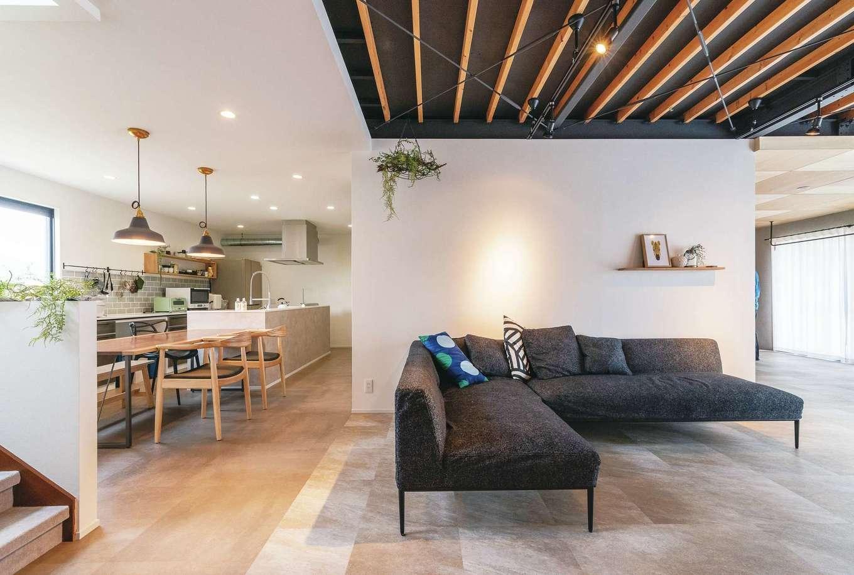 ホームプラザ大東|中古住宅であることを忘れさせる、スタイリッシュで開放的な空間が広がる