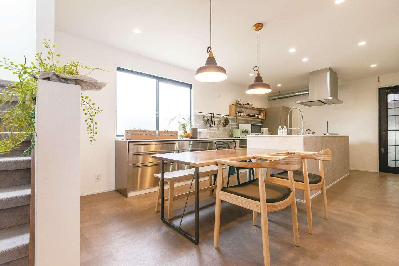 横並びのレイアウトで家事効率がアップ。新築より予算を抑えられたことで設備や素材を選ぶ際の自由度が高くなったこともうれしいポイント