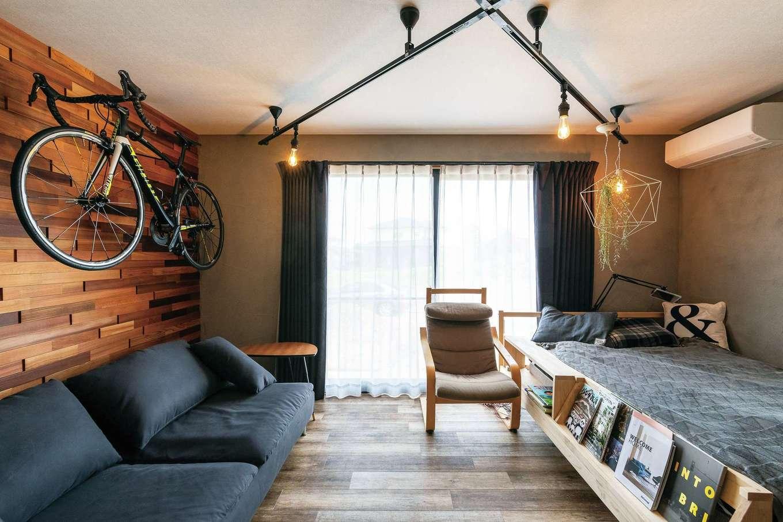 生活スタイルに不要だった和室をご主人の趣味の部屋に。ラフな塗り壁と木製パネルが遊び心を演出