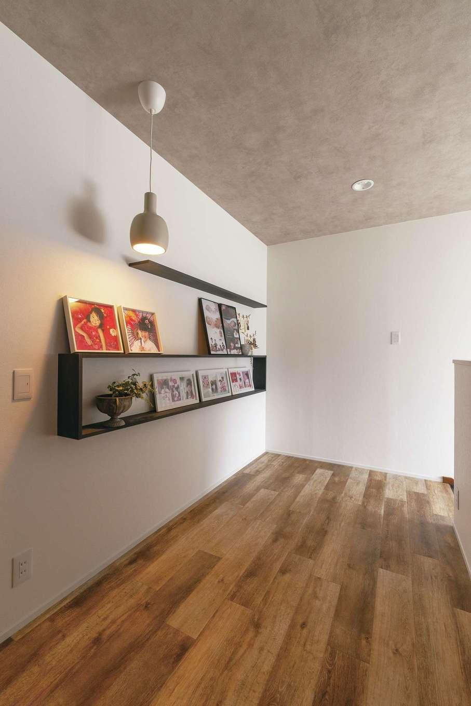 ホームプラザ大東|2階ホールには家族の思い出を飾る棚を造作してもらった