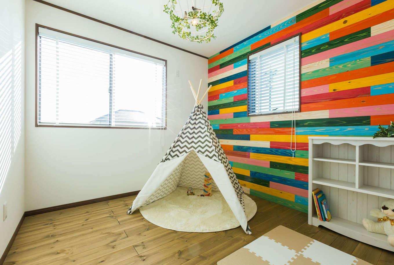 シャレオハウス【豊橋市吉川町65-1・モデルハウス】子供部屋には浮造りの杉板にカラー塗装を施し、様々な色を組み合わせることで、子供らしくしました