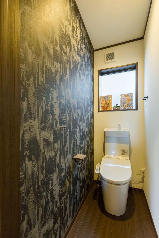 シャレオハウス【豊橋市吉川町65-1・モデルハウス】白と黒を基調としたモノトーンのトイレ。シンプルな色合いですが、大胆なモノクロ柄のアクセントクロスがインパクト大