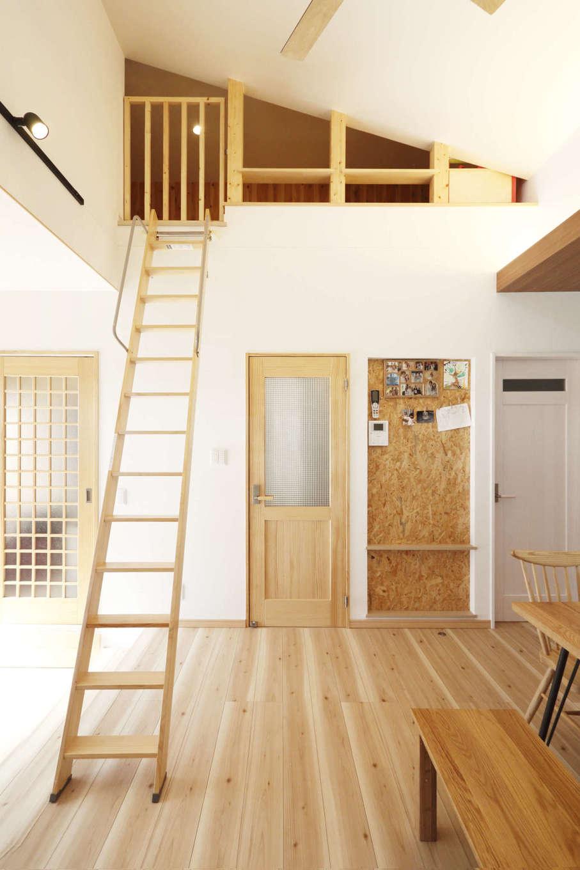 吉川住建【収納力、間取り、平屋】片流れ屋根によって生まれたデッドスペースをロフトとして使えるようにした。天井高1.4mに満たない空間なので固定資産税に含まれない