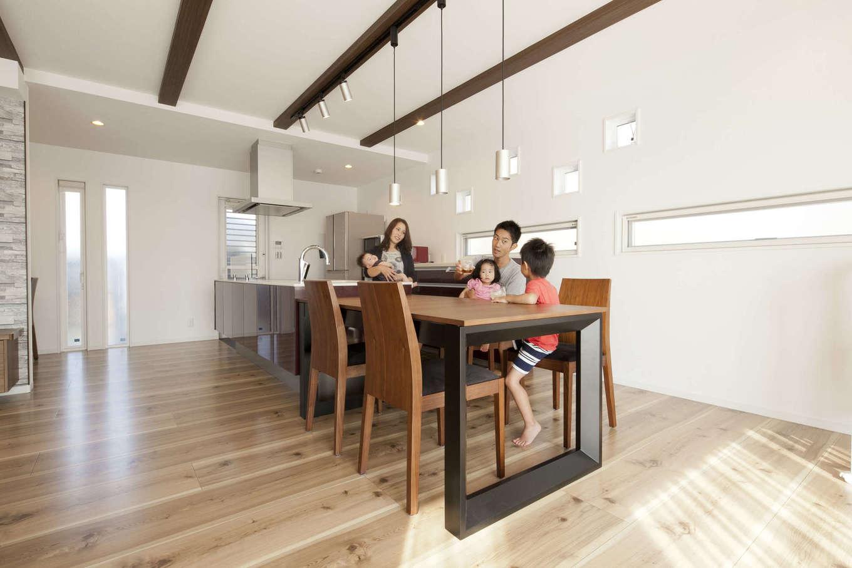 吉川住建【デザイン住宅、子育て、間取り】キッチンとダイニングテーブルを横に並べることで家事効率がグーンとアップ。キッチン背面のスリット窓もおしゃれ