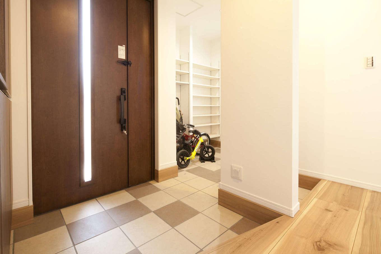 吉川住建【デザイン住宅、子育て、間取り】収納たっぷりで、家族とゲスト用に靴脱ぎスペースを分けた2WAYの玄関ホール