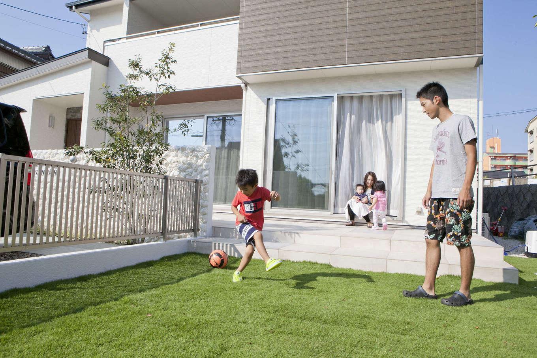 吉川住建【デザイン住宅、子育て、間取り】リビングからテラスにつながり、そのまま芝生の庭へ。子どもとサッカーを楽しんだり、家族のかけがえのない思い出をつくる