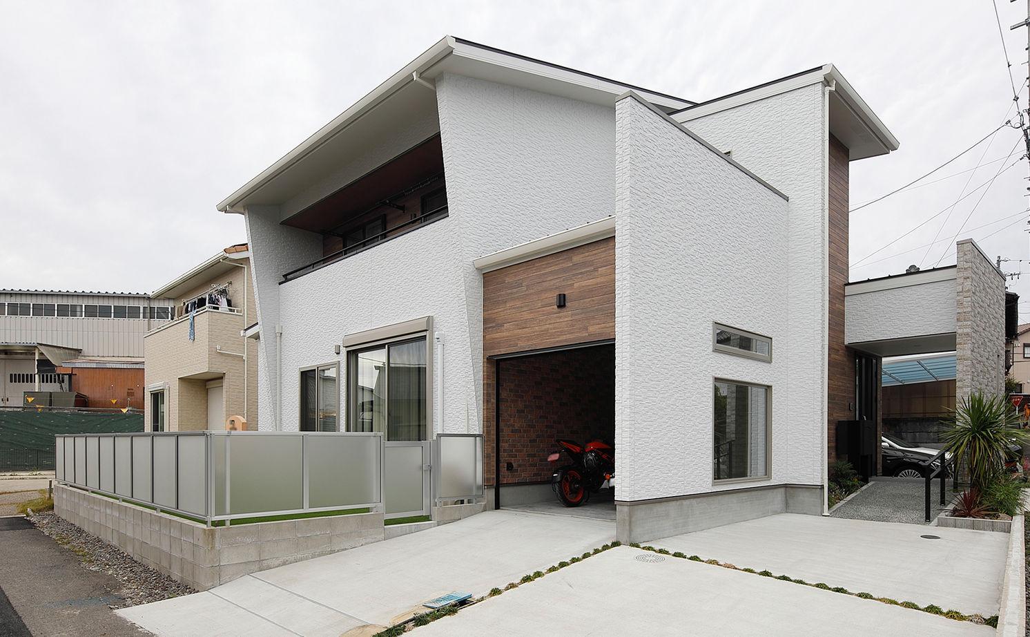 吉川住建【デザイン住宅、間取り、趣味】庇の長いインナーバルコニーは、洗濯物を干しているときに多少の雨が降ってきても安心。また庇を長くすることで、一部片流れの屋根の面積が増え、約10kWの太陽光発電パネルを搭載することができた