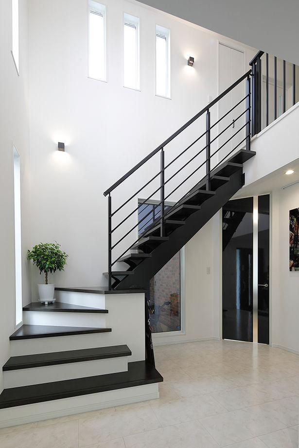 吉川住建【デザイン住宅、間取り、趣味】LDKと和室が一体となった大空間を実現できるのも、パナソニック・テクノストラクチャー工法ならでは。リビングの扉は、玄関ホールからの見た目も考えて、天井まで届く高さの扉を採用し、斜めに配置している