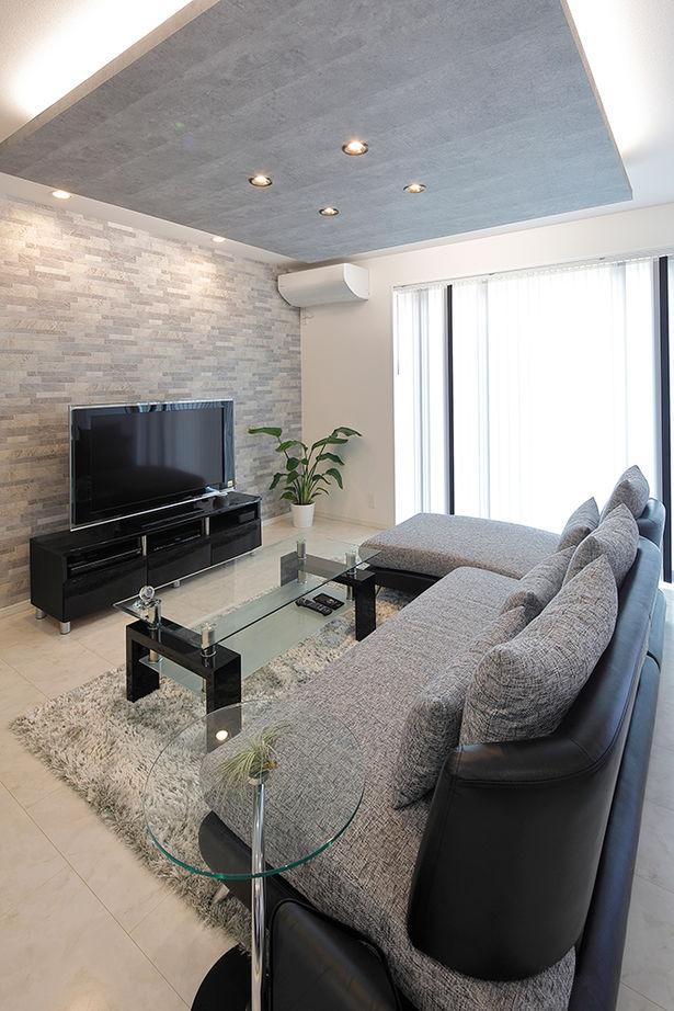 吉川住建【デザイン住宅、間取り、趣味】家中のインテリアデザインのベースはモノトーンで統一。リビングには折り上げ天井を採用し、グレージュの色と間接照明を採用することで、スタイリッシュなモノトーンデザインにアクセントを加えている