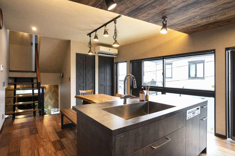 吉川住建【デザイン住宅、屋上バルコニー、ガレージ】モルタル仕上げがかっこいいグラフテクトのキッチン。セパレート型にしたことで作業スペースが広く取れ、大人が数人入ってもラクラク