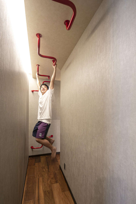 吉川住建【デザイン住宅、屋上バルコニー、ガレージ】2階の寝室からサニタリーへ続く廊下に造作したウンテイ。一般的な形状ではなく、遊び心を取り入れ、ポイントカラーの赤を採用した