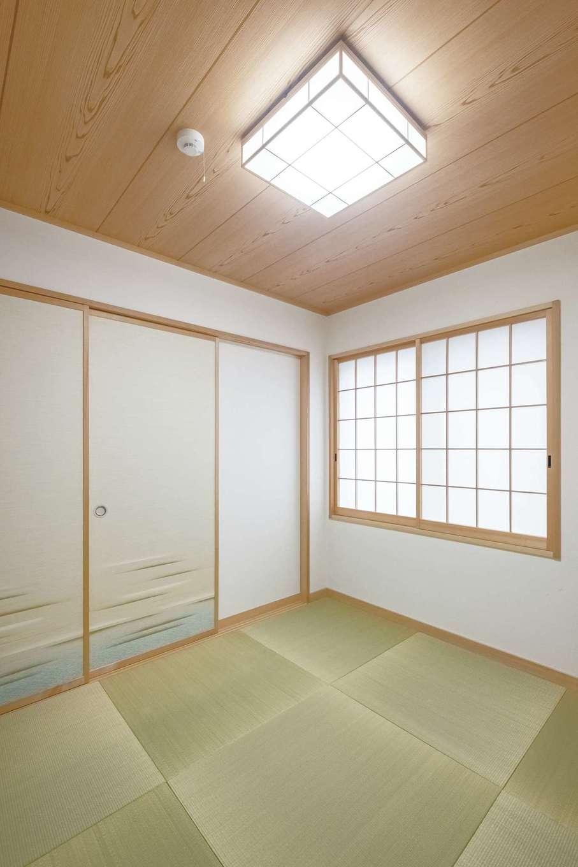襖で仕切ることができる4.5畳の和室。客間として使うだけでなく、子どもを昼寝させたり、洗濯物をたたんだり、多用途に使えて便利。雛人形、五月人形を飾るスペースにもなっている