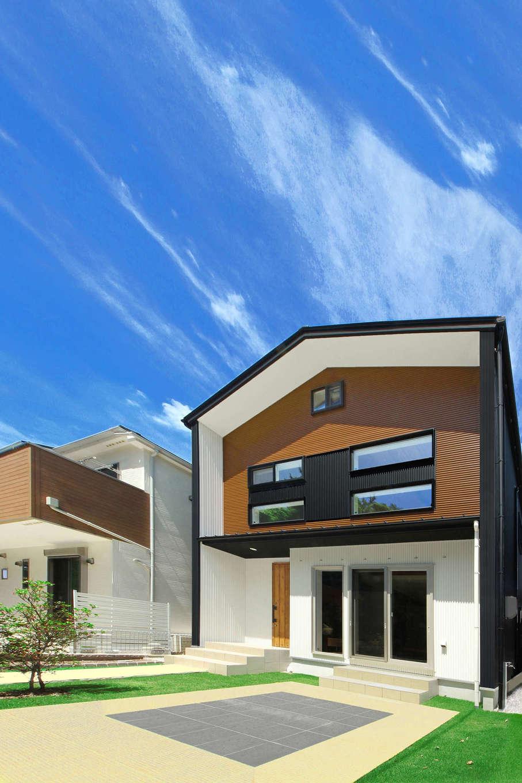 illi-to design 鳥居建設21【デザイン住宅、省エネ、スキップフロア】黒・白・茶色で構成したモダンな外観デザイン。手入れが大変なウッドデッキではなく、タイルのテラスを採用